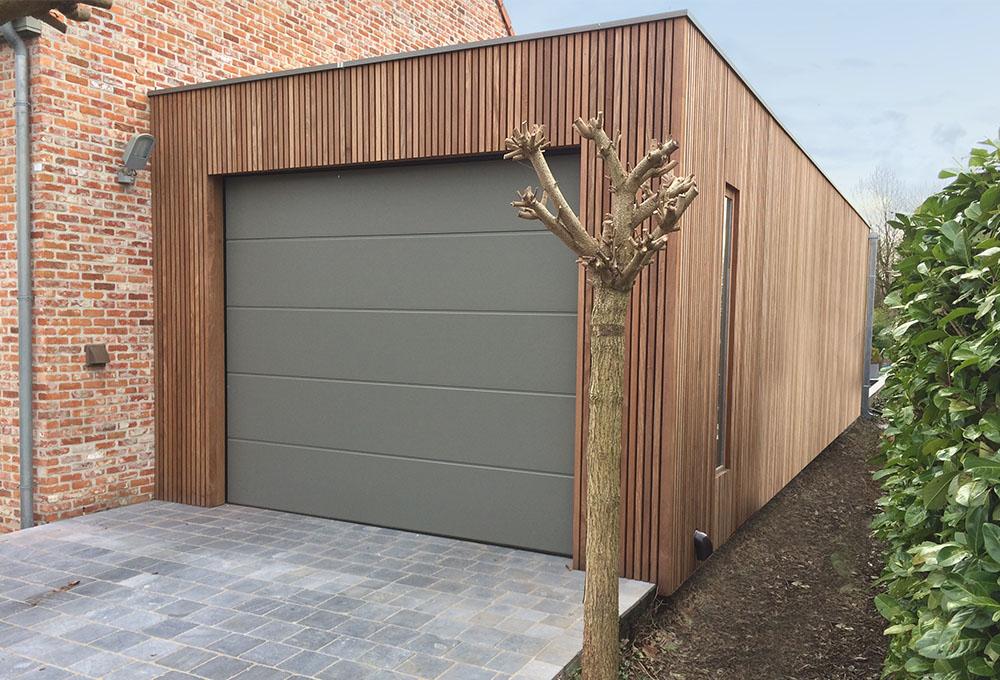 Garage en bois avec porte sectionnelle