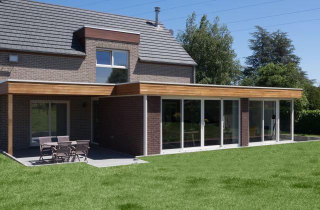 Extension véranda-pergola en bois exotique et en aluminium