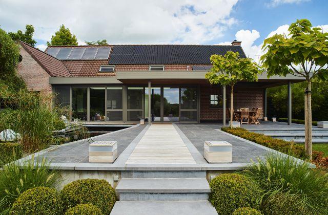 Extension véranda à toiture plate. Châssis en aluminium Gris quartz ( RAL 7039 ) et sous-toiture en bois exotique
