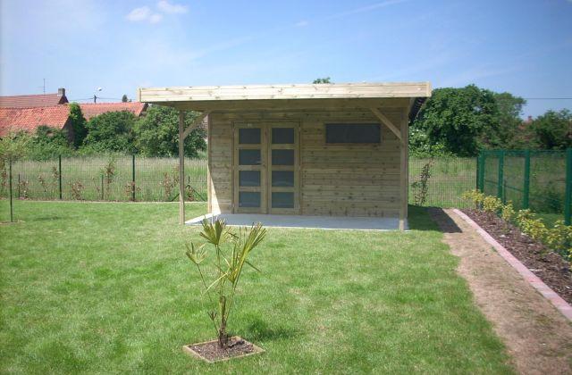 Abri de jardin moderne avec avancée