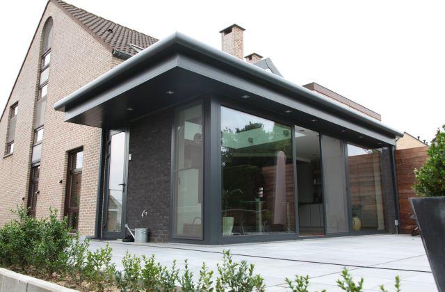 Extension véranda en aluminium avec verrière Diamond et intégration de spots dans la sous-toiture.