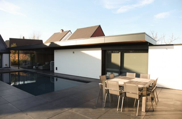 Poolhouse in tropisch hardhout en Trespa