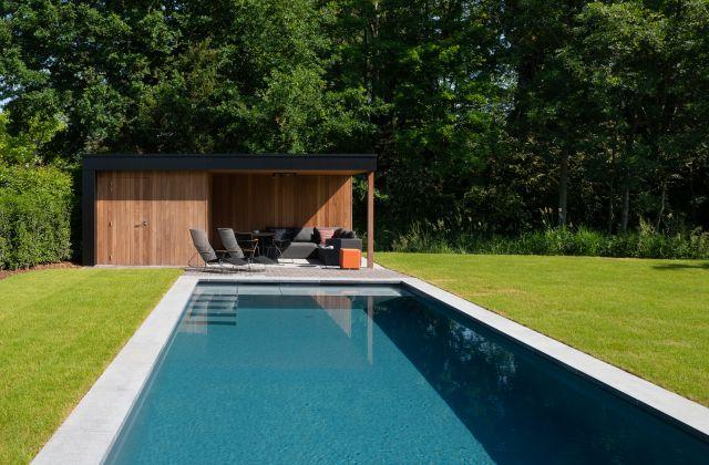 Moderne Poolhouse met Trespa en Irokohout