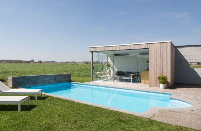 Pool house avec fenêtres coulissantes