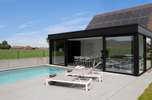 Moderne Poolhouse met Trespa dakrand en Aluminium schuiframen