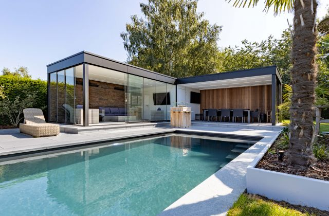 Moderne Poolhouse met Gelijmde Trespa en Afrormosia