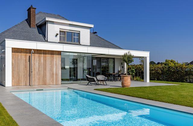 Aangebouwde Poolhouse met Trespa, Iroko, Sunflex en Renson Aero Lamellendak