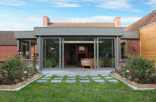 Extension véranda en aluminium - châssis et bandeau de couleur gris quartz (RAL 7039)