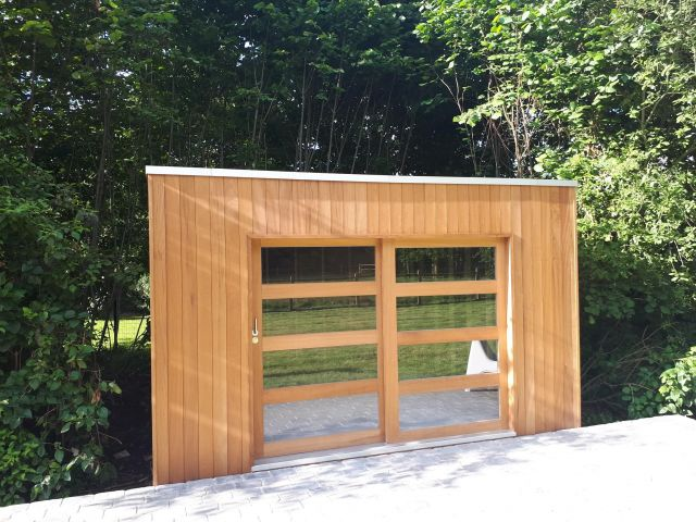 Abri de jardin moderne en iroko avec porte coulissante