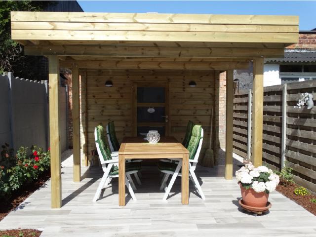 Modern houten tuinhuis met oversteek