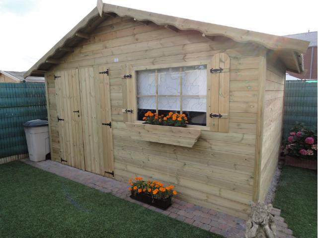 Klassiek houten tuinhuis met puntdak