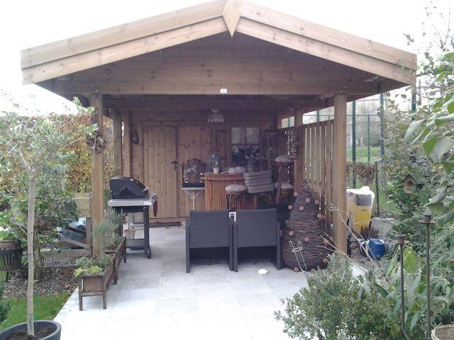 Klassiek houten tuinhuis met zadeldak