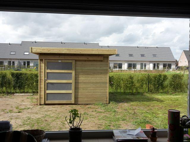 Modern vierkant houten tuinhuis met schuifdeur