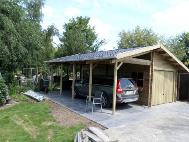 Houten carport-garage met zadeldak