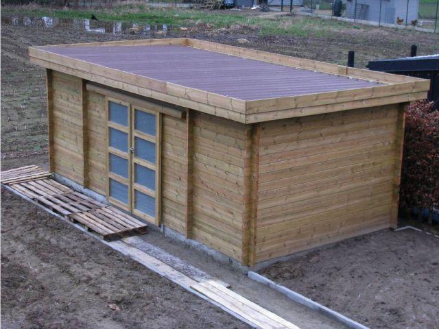 Houten tuinhuis met plat dak en dubbele schuifdeur