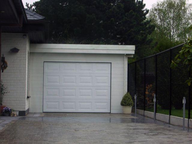 Houten garage met elektrische poort