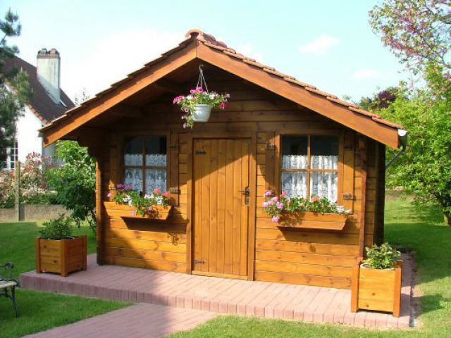 Klassiek tuinhuis met luifel voorzien van een vernislaag.