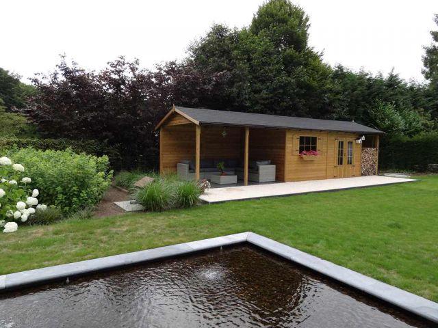Klassiek tuinhuis met houtstapelplaats