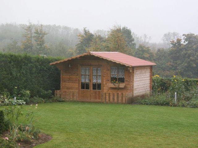 Klassiek tuinhuis met terras en oversteek.