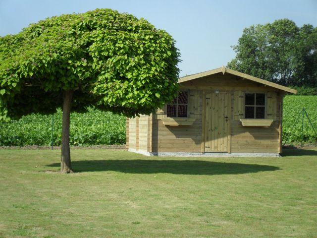 Klassiek tuinhuis met enkele deur en ramen.