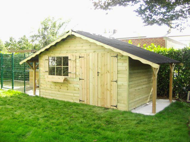 Klassiek tuinhuis met luifel en dubbele deur.