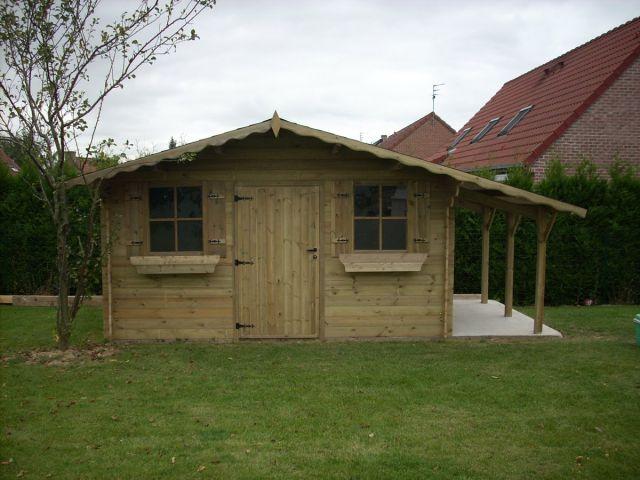 Klassiek tuinhuis met afdak / luifel.