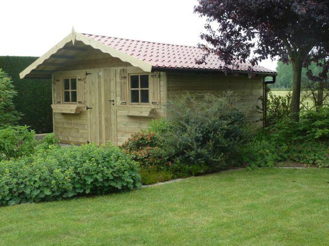 Klassiek tuinhuis met oversteek.