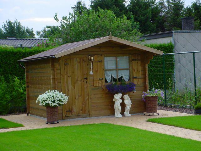 Klassiek tuinhuis met enkele deur voorzien van een vernislaag.