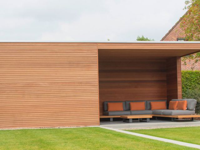 Modern strak tuinhuis cube in Moabi hout