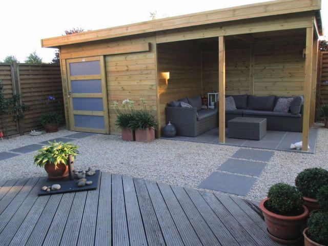 Tuinhuis met plat dak, schuifdeur en oversteek.
