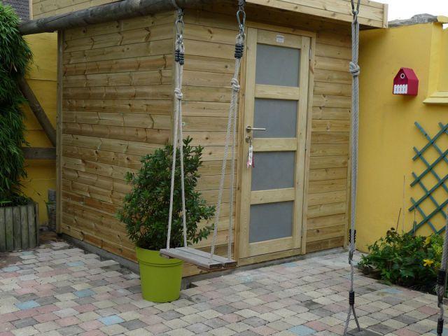 Modern tuinhuis met enkele glazen deur.