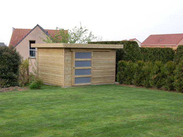 Tuinhuis met plat dak en schuifdeur.