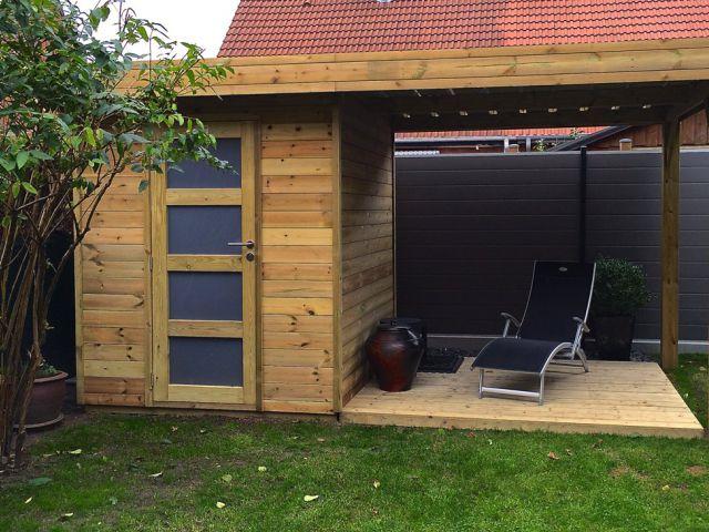 Modern tuinhuis met overdekt terras en een enkele deur.