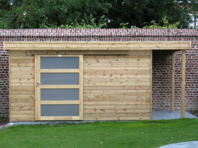 Tuinhuis met plat dak, schuifdeur en een houtstapelplaat.