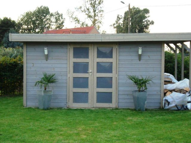 Modern tuinhuis met houtstapelplaat.