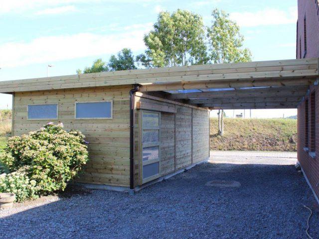 Carport adossé en bois, à toit plat avec abri