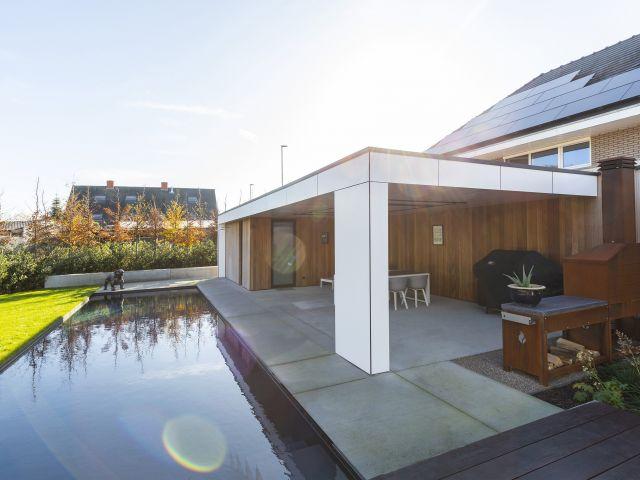 Poolhouse met witte gelijmde trespa en verticale iroko planken