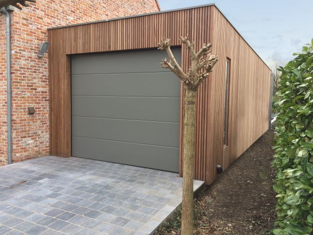 Moderne aangebouwde garage