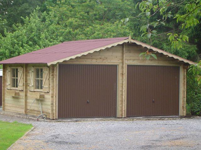 Garage classique en bois avec deux portes sectinonelles