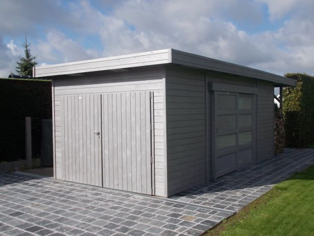 Garage en bois avec une porte coulissante