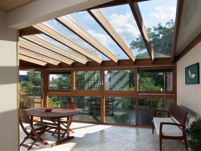 Houten veranda met dakraam