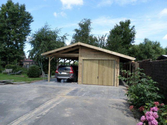 Klassieke houten garage met carport