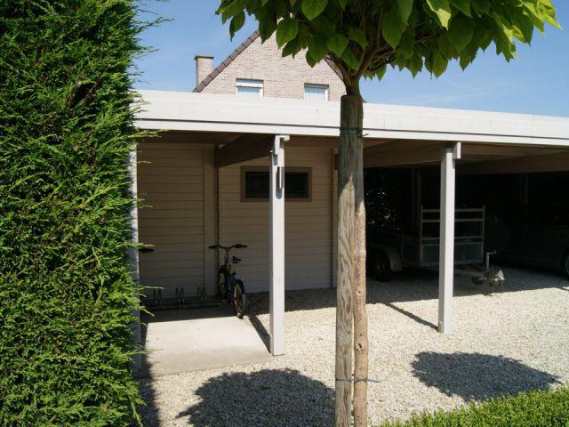 Carport met tuinhuis