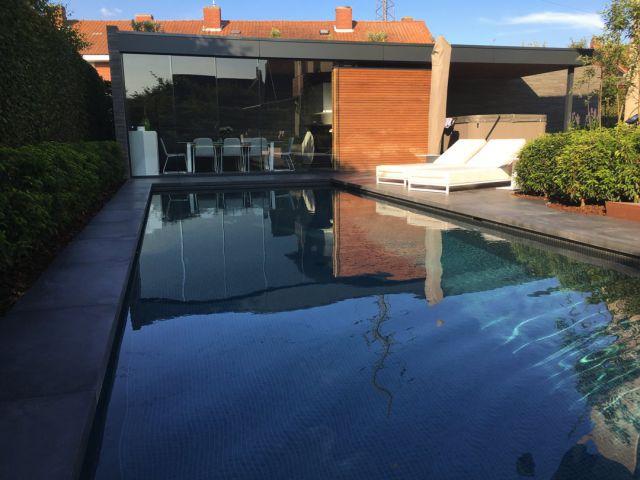 Pool house avec portes coulissantes vitrées