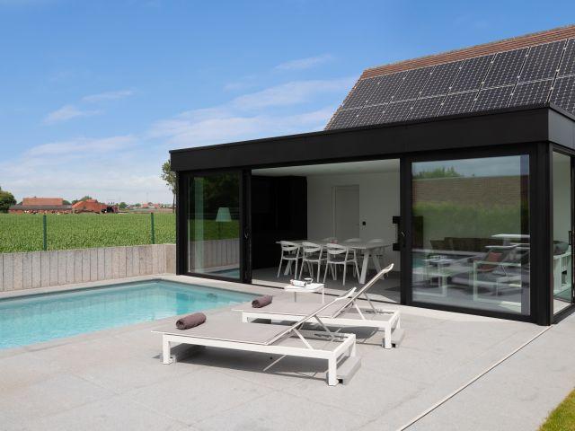 Moderne Poolhouse met Trespa dakomlijsting en Aluminium raampartijen