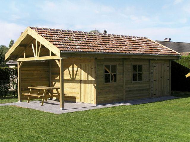 Klassiek houten tuinhuis met oversteek