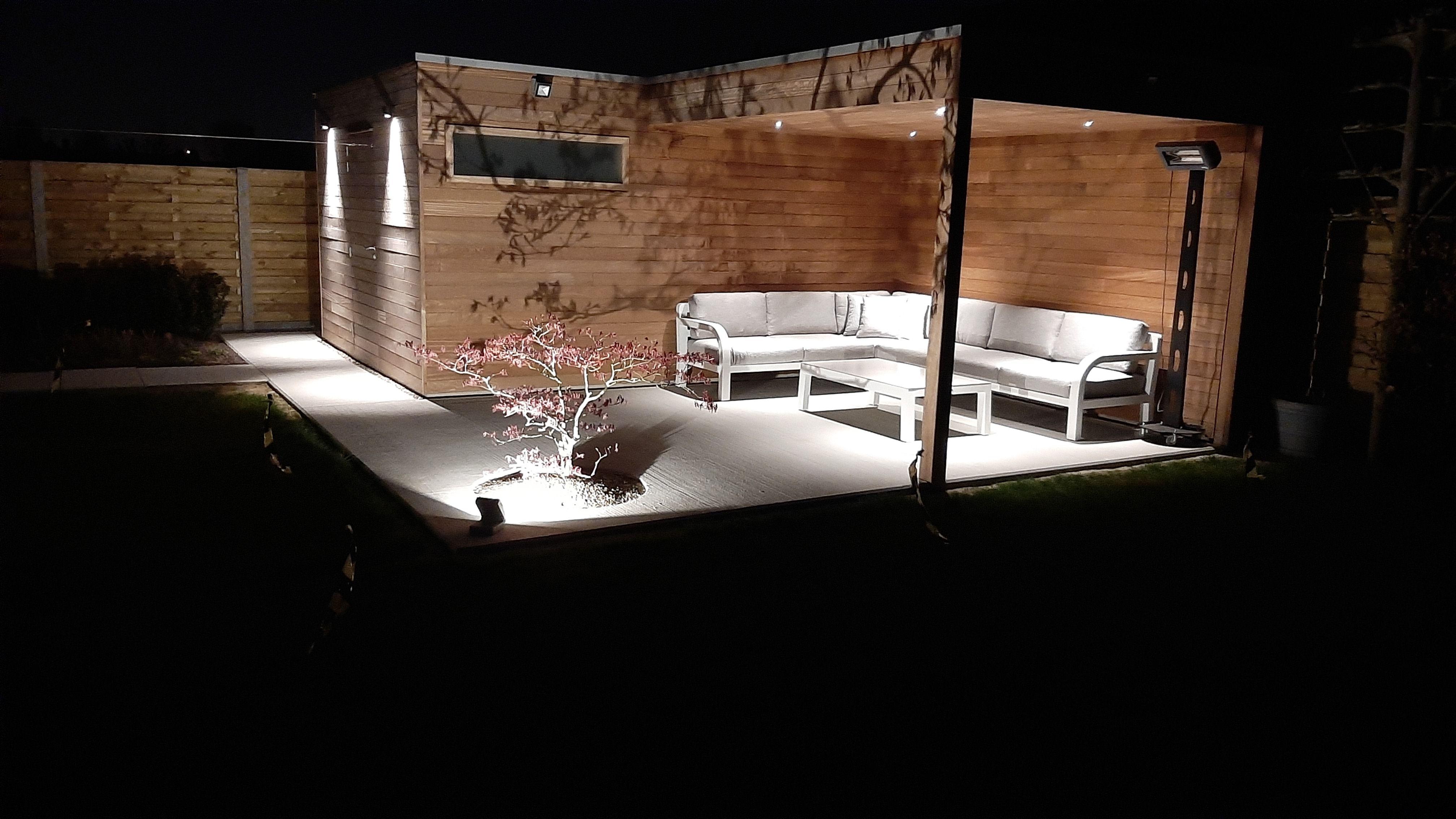 Abri de jardin Cube en iroko avec avancée et abri de stockage