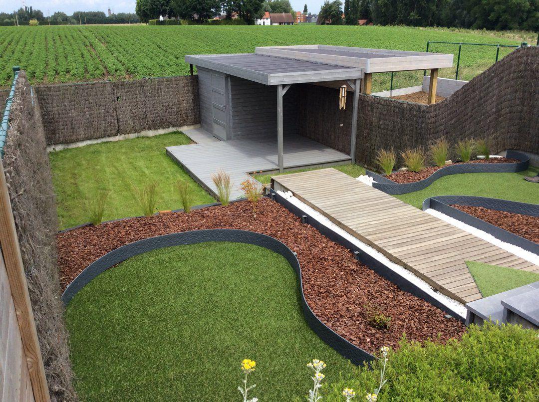 Modern houten tuinhuis met tuinpad