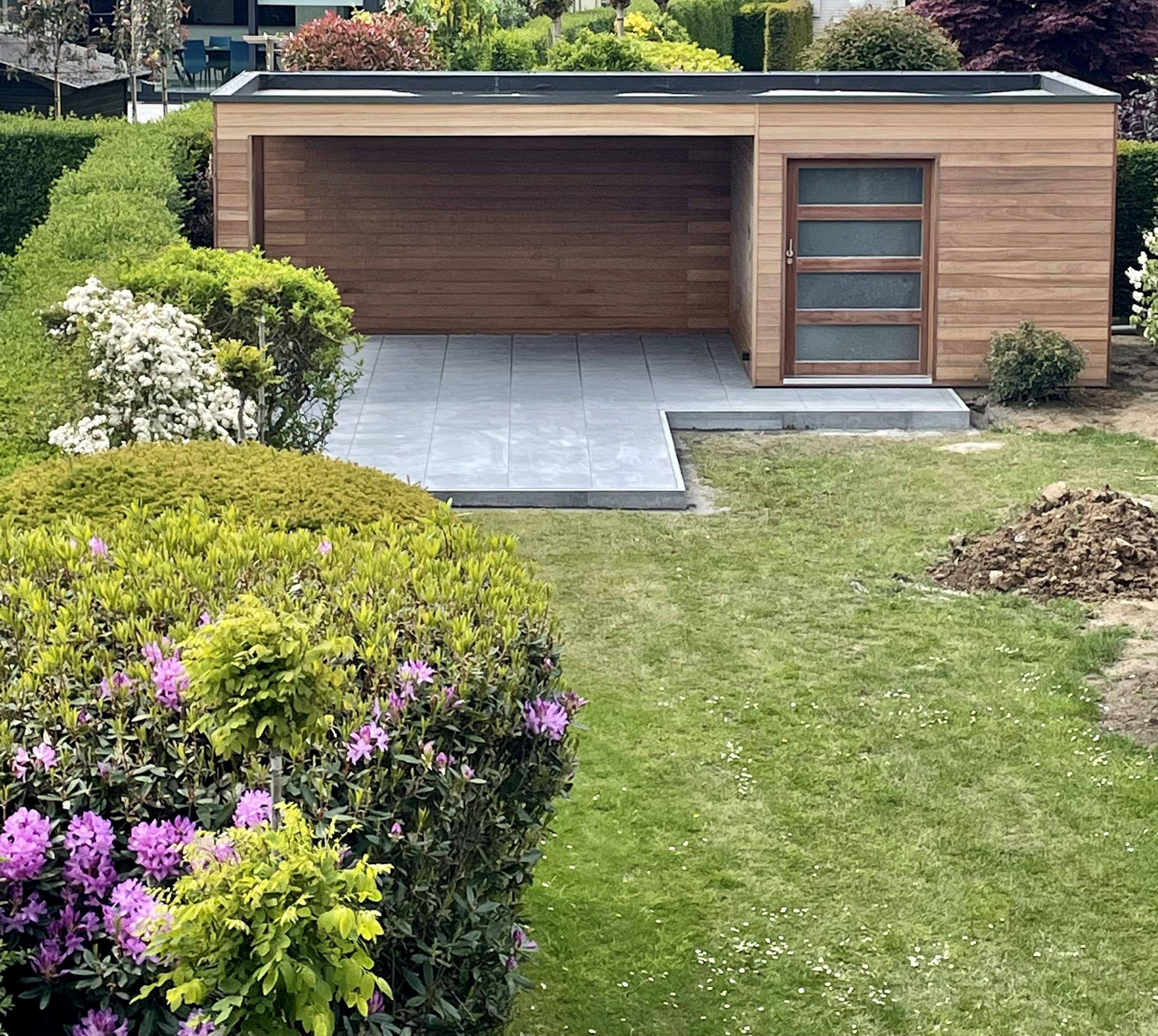 Modern Cube Tuinhuis of Poolhouse in irokohout met luifel