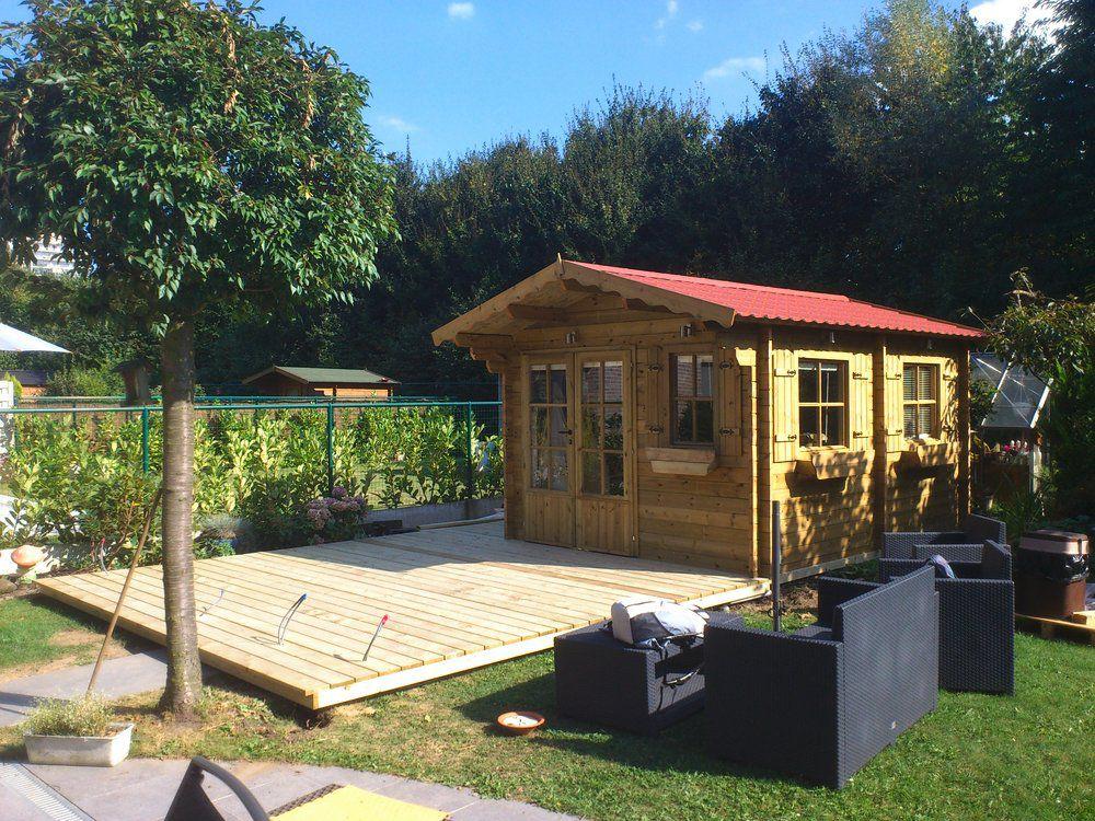 Klassiek tuinhuis met puntdak en terras